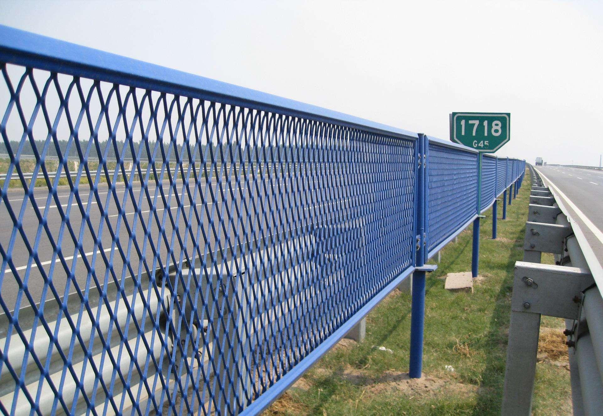 公路钢板网护栏是如何变为公路卫士的?