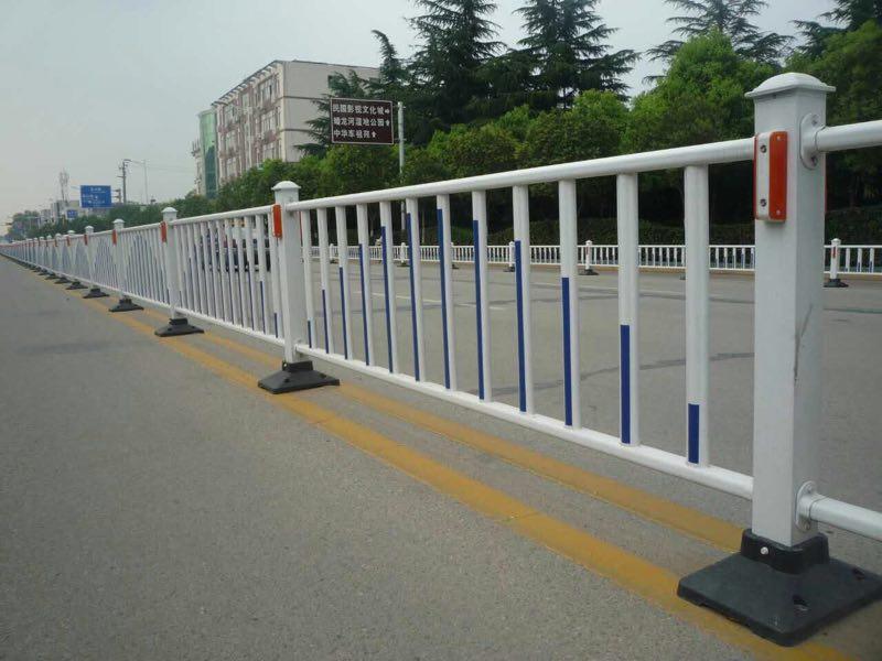 道路钢板网护栏与护栏网哪个好?